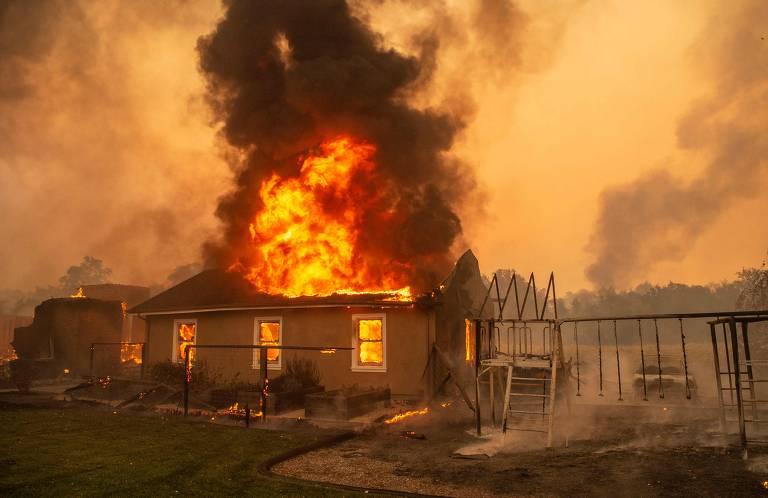 Incêndios florestais consomem regiões rurais da Califórnia