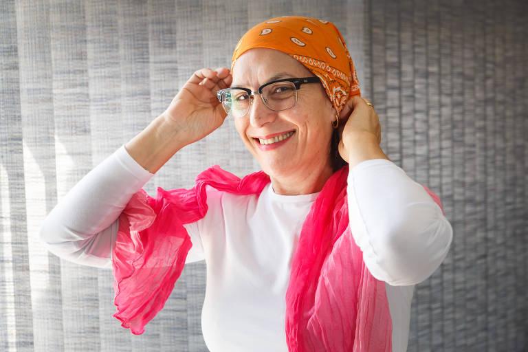 A professora Sueli Salotti, 54, hoje já em processo de remissão da doença aparece com seu cabelo, já renovado. Ela ainda guarda lenços que usou durante tratamento da doença