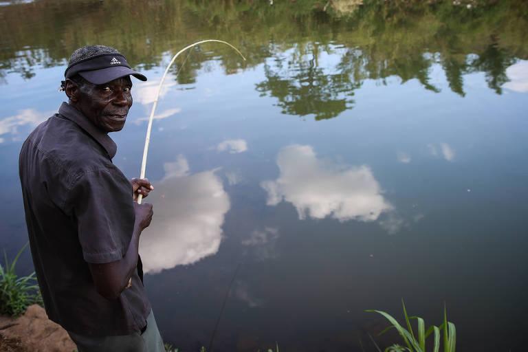 Jair Evangelista, morador de Franca, pesca em córrego que corta área urbana da cidade
