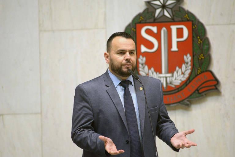 O deputado estadual Gil Diniz (PSL) discursa na tribuna da Assembleia Legislativa de São Paulo