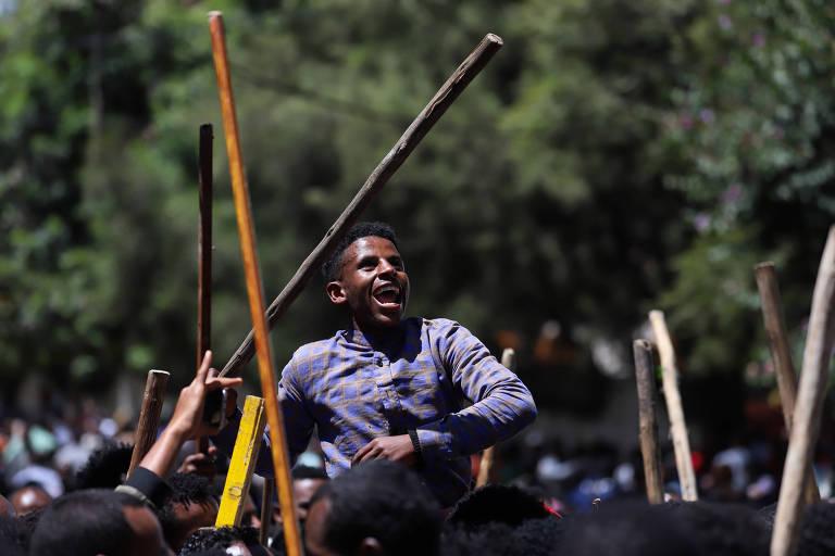 Membro da juventude Oromo grita slogans do lado de fora da casa de Jawar Mohammed