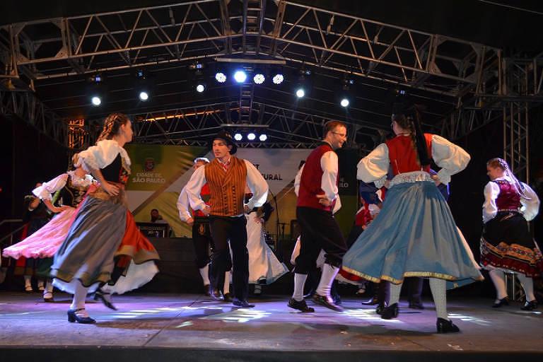 Apresentação de dança típica alemã