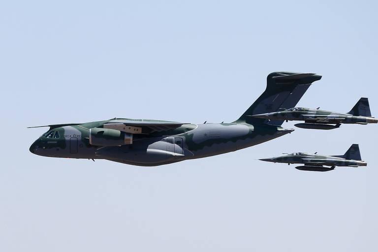 Primeiro KC-390 da Força Aérea Brasileira é apresenta com escolta de dois caças F-5