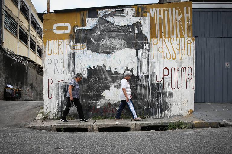 Paulistano convive com calçadas estreitas