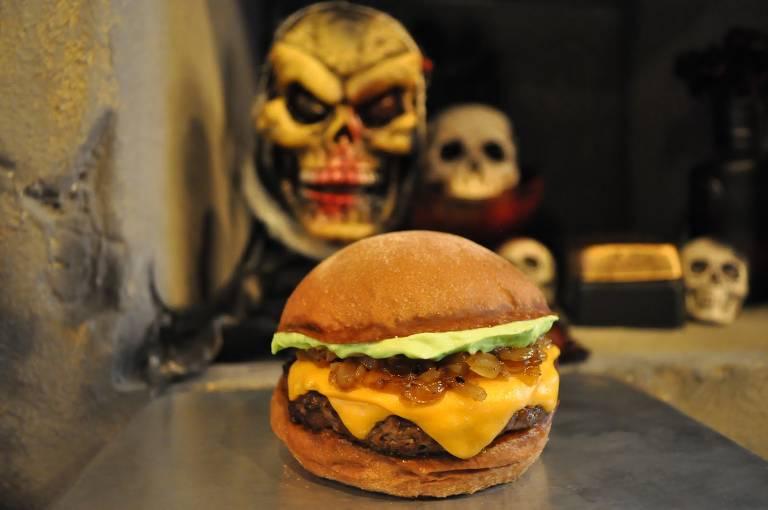 Rick Burger da Zombie Burger, com queijo cheddar, cebola caramelizada e maionese verde no pão australiano