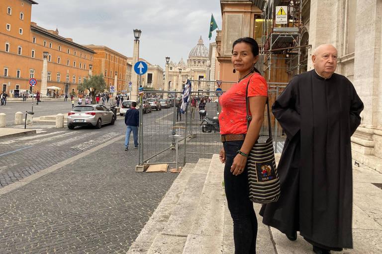 Indígena colombiana Anitalia Pijachi Kuyuedo, diante da Basílica de São Pedro, na Cidade do Vaticano, onde participa do Sínodo da Amazônia