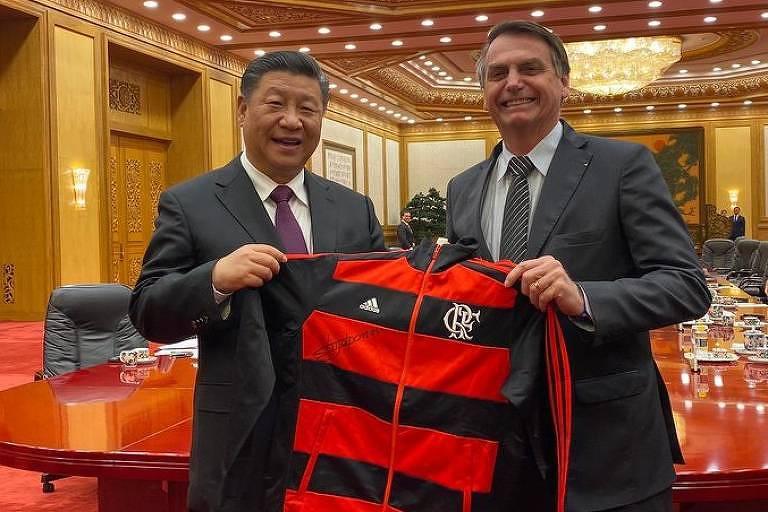 O presidente Jair Bolsonaro entrega uniforme do Flamengo ao dirigente chinês Xi Jinping