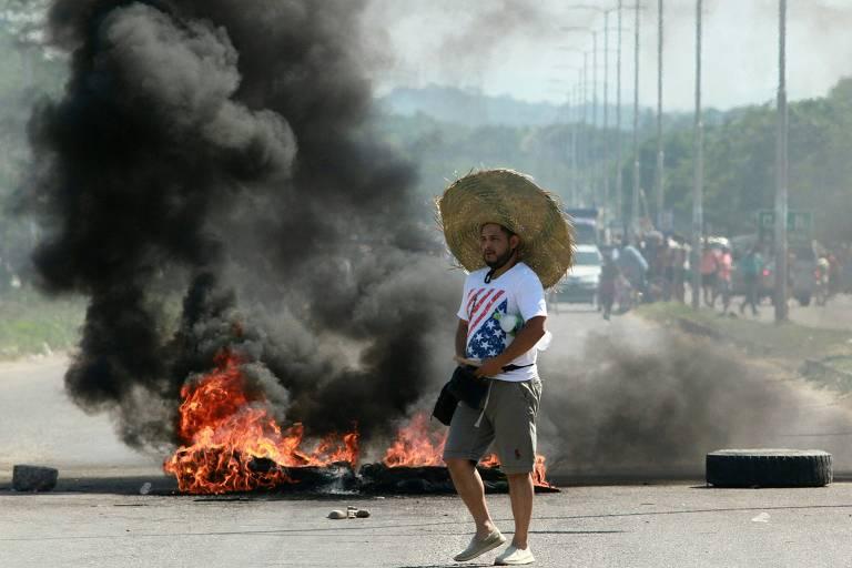 Apoiador do candidato Carlos Mesa ao lado de barricada em La Guardia, perto de Santa Cruz