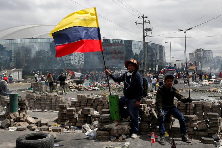 No Equador, manifestantes protestaram contra o aumento de preço dos combustíveis