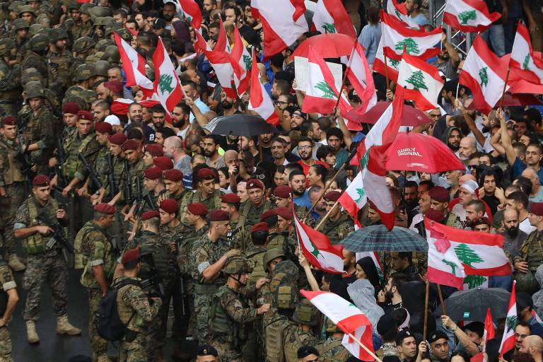 No Líbano, população foi às ruas contra cobrança de chamadas de apps de mensagens