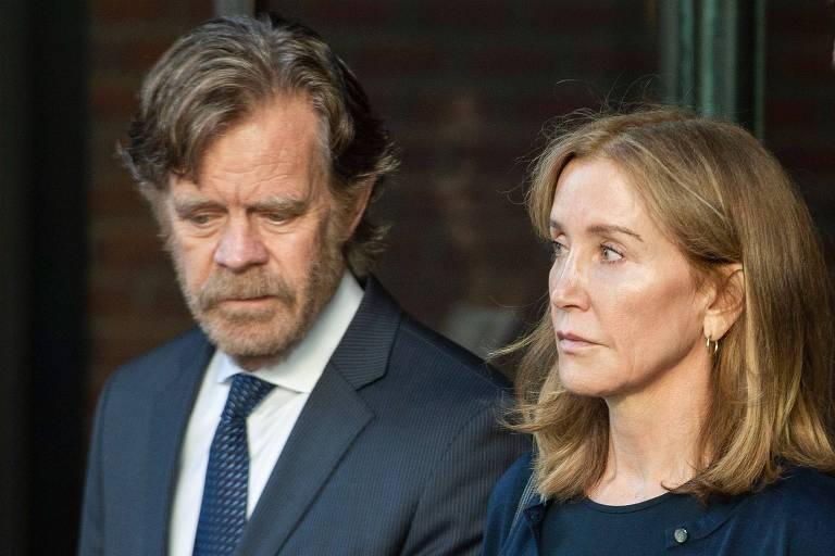 A atriz Felicity Huffman e seu marido, o ator William H. Macy, na corte de Boston