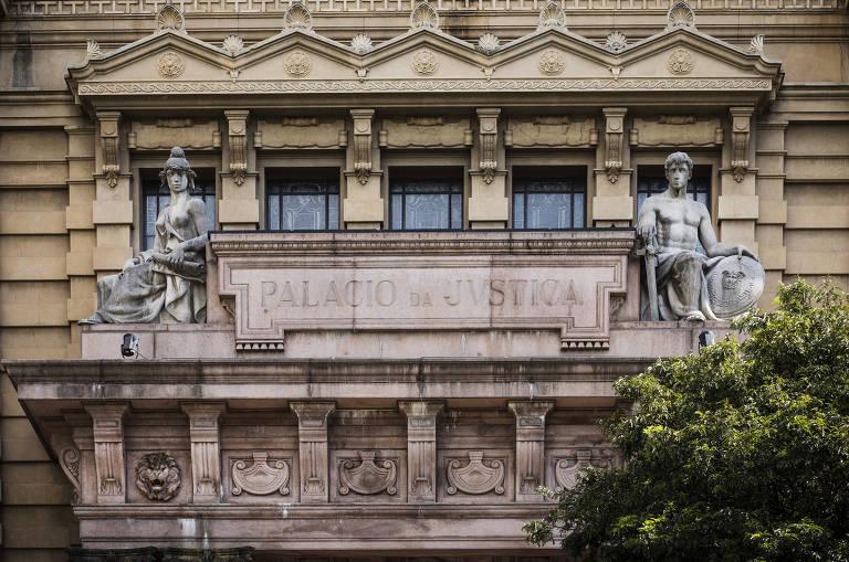 Fachada do prédio do Palácio da Justiça de São Paulo, é possível ver colunas e duas estátuas ao lado de inscrição no prédio onde se lê Palácio da Justiça.