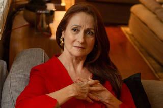 RIO DE JANEIRO, RJ, 24.10.2019: .Retrato da atriz Zeze Polessa ao lado de seu quasro de Waltercio Caldas. Ipanema , Rio de janeiro. (Foto: Zo Guimaraes/Folhapress, ILUSTRISSIMA ) ***EXCLUSIVO FOLHA***