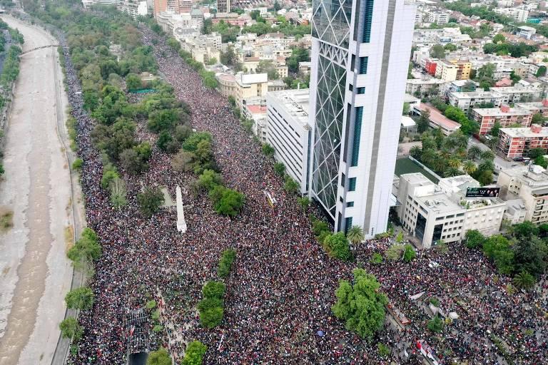 Milhares de manifestantes protestam em Santiago