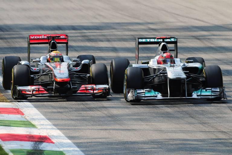 Lewis Hamilton no carro da McLaren (à esq.) em disputa com Michael Schumacher, da Mercedes, no GP de Monza de 2011