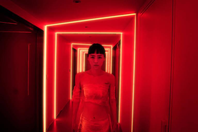 Cena do suspense psicológico 'Nina Wu', com direção de Midi Z