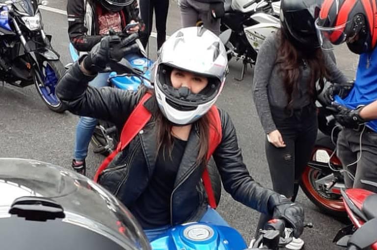 A brasileira Ana Carolina Menezes protestou de moto em Santiago contra o preço dos pedágios