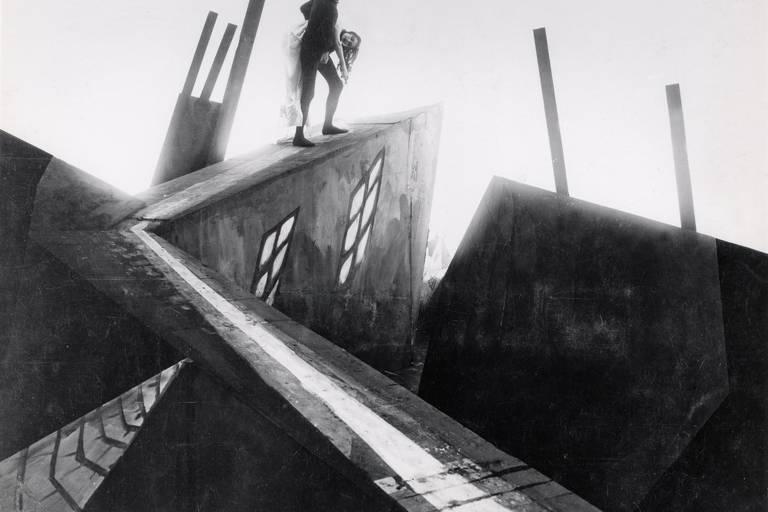 """Cena do filme """"O Gabinete do Doutor Caligari"""""""