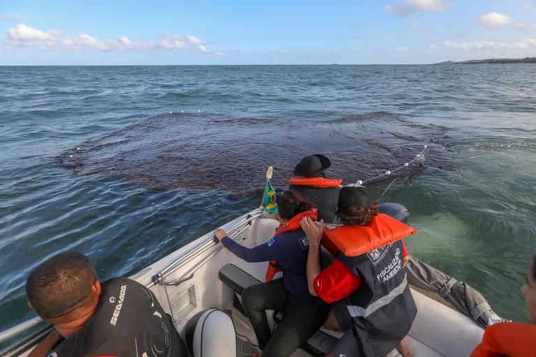 Funcionários em barco