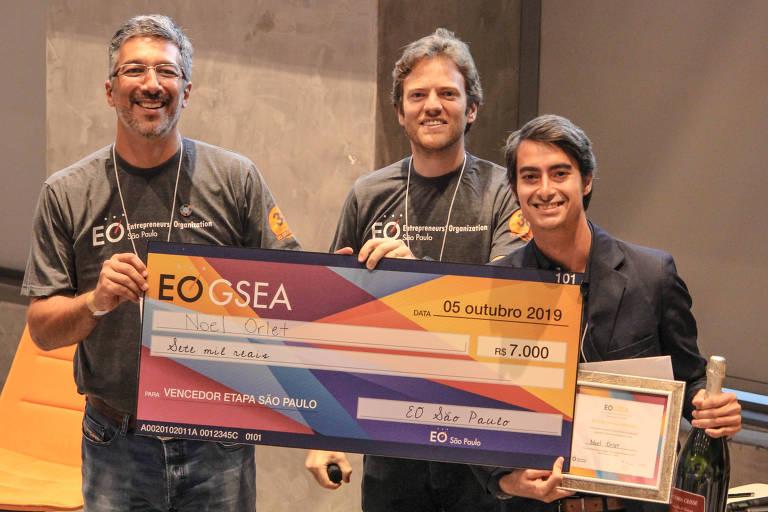 Ao lado de Daniel Miglorancia (esq.) e Otto Baumgart (centro), Noel Orlet, criador da Amana Katu, recebeu o prêmio por ter vencido a prova de São Paulo da EO