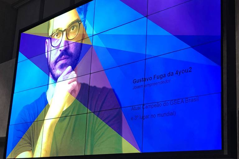Telão exibe a imagem de Gustavo Fuga na final da etapa do EO em São Paulo