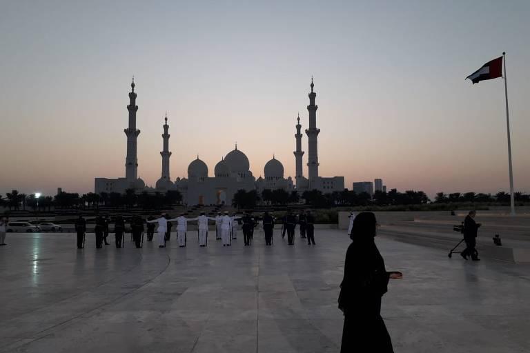 Pôr do sol na mesquita Sheikh Zayed, a maior dos Emirados, visto do monumento aos mártires da pátria, onde Bolsonaro vai depositar flores em homenagem a militares que morreram em serviço; o presidente chegou neste sábado a Abu Dhabi