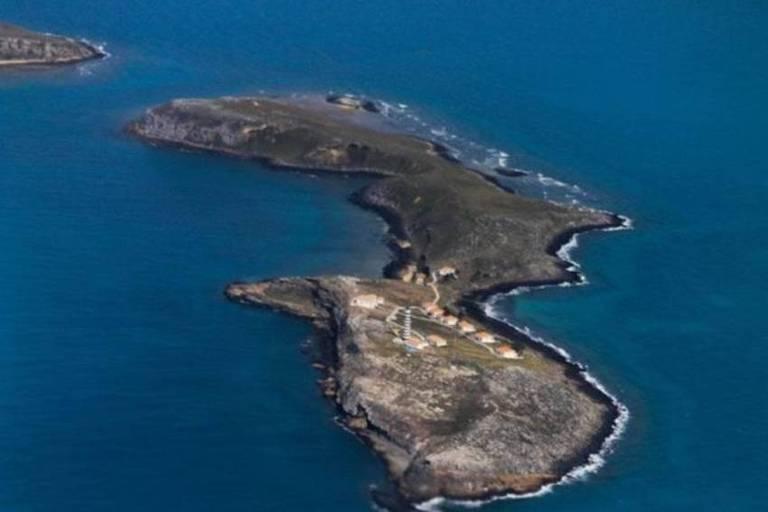 Vista área de ilha em meio ao oceano