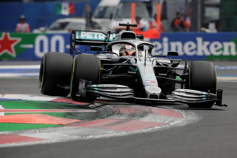 O inglês Lewis Hamilton durante treino classificatório neste sábado (26)