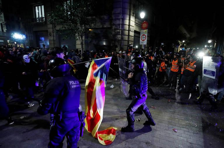 Policiais e manifestantes entra em confronto em Barcelona