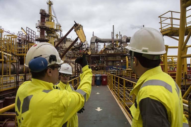 Funcionários trabalham plataforma de petróleo de Peregrino, no Rio; após seis anos, o emprego no setor de petróleo voltou a subir em 2019 puxado pelas atividades de apoio à exploração