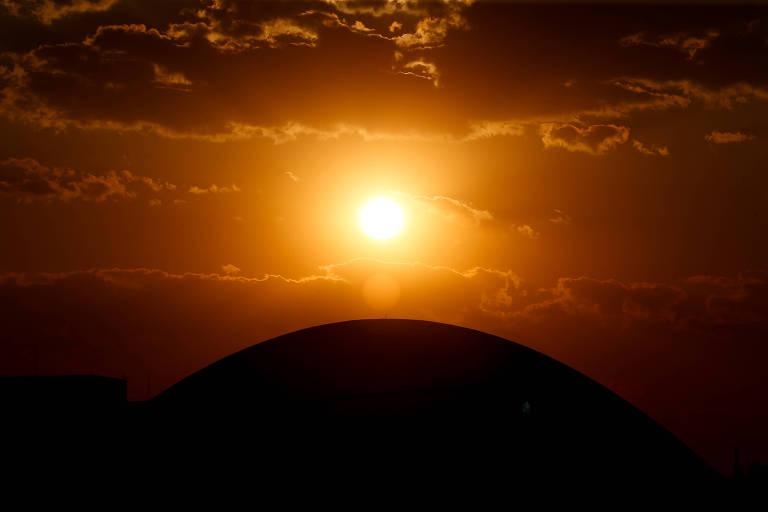 Sol se põe por trás da cúpula do Senado
