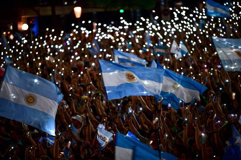 Macri e Fernández chegam ao dia da eleição argentina em papéis trocados
