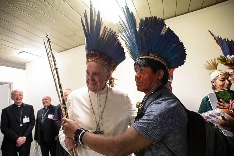 Papa Francisco com representante de comunidade indígena no último dia 17