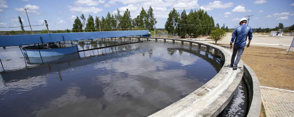 Material decantado por processo químico que converte resíduos orgânicos em gás carbônico é separado em tanques na estação de tratamento de Vitória da Conquista