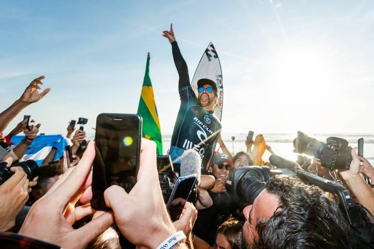 O surfista brasileiro Italo Ferreira celebra a sua vitória na etapa de Portugal
