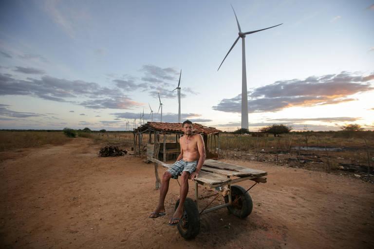 Adeilson Soares mora ao lado das Torres do Parque Eólico de Casa Nova, no norte da Bahia, às margens do Lago de Sobradinho