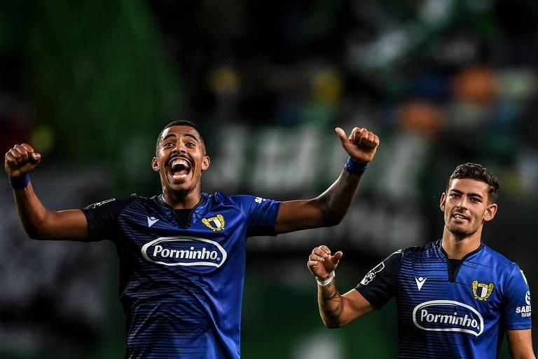 O brasileiro Anderson Oliveira e o meia Ruben Lameiras comemoram a vitória do Famalicão sobre o tradicional Sporting em confronto do Campeonato Português