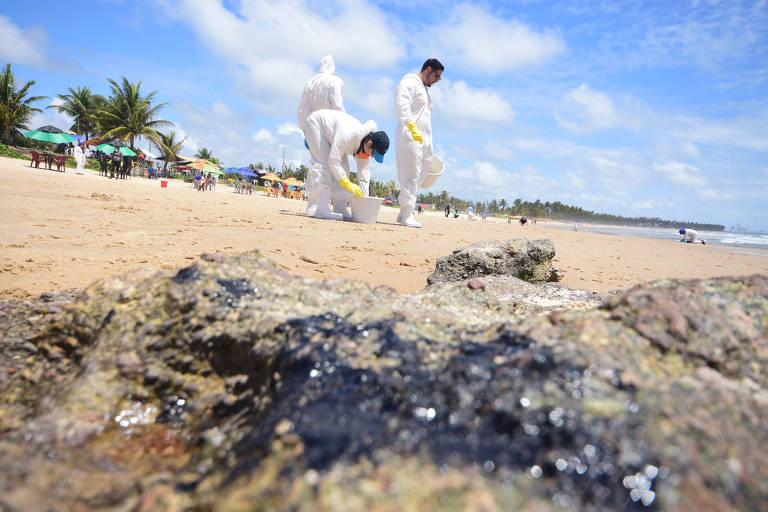Cabo de Santo Agostinho (PE) treina voluntários para recolher óleo de praias com roupa especial
