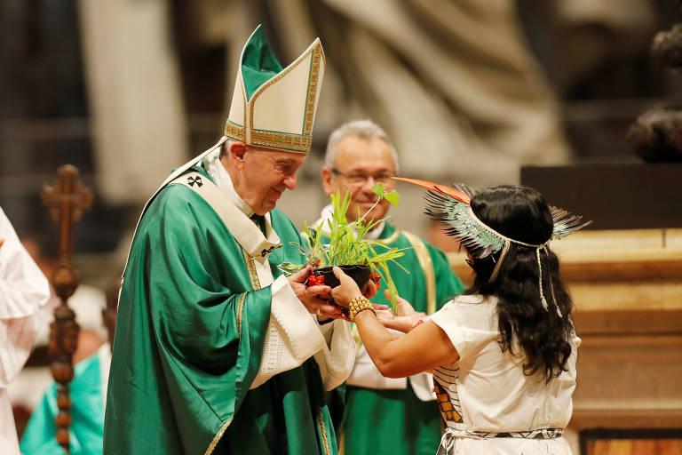 Papa Francisco com roupa verde recebe planta de menina indígena