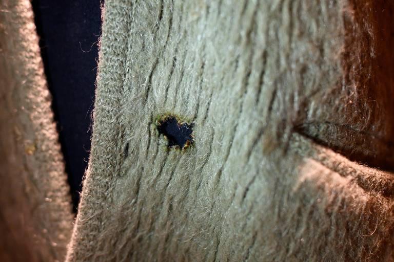 Buraco causado por cigarro no cardigã verde de Kurt Cobain