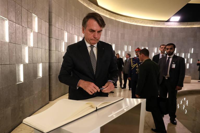 Presidente Jair Bolsonaro assina livro de visitas no Pavilhão de Honra, em Abu Dhabi