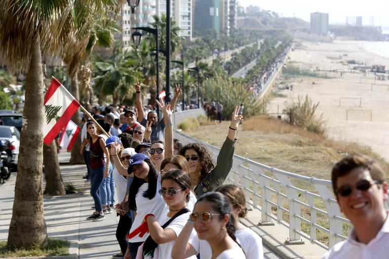 Manifestantes libaneses formam corrente humana