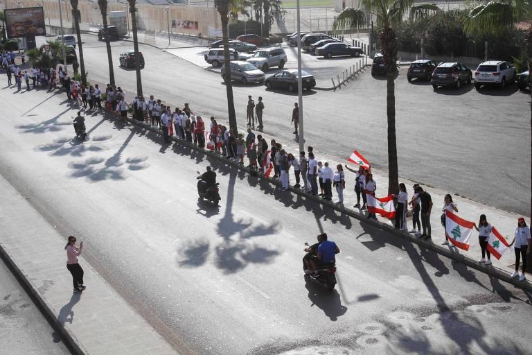 Em protesto, cem mil pessoas formam corrente humana de 170 km no Líbano