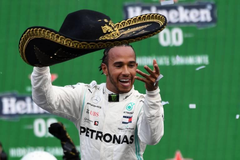 O inglês Lewis Hamilton comemora vitória no GP do México, neste domingo (27)