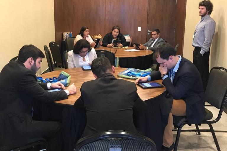 Prefeitos participam de experimento desenhado por economistas, entre eles a brasileira Diana Moreira, durante convenção da CNM