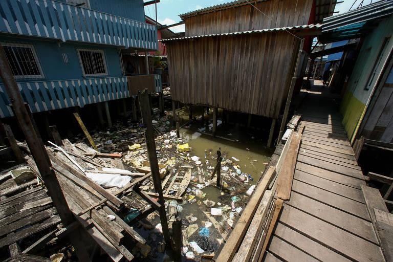 Comunidade de Vila da Barca, em Belém; moradores vivem em palafitas e sem nenhum tipo de coleta de esgoto