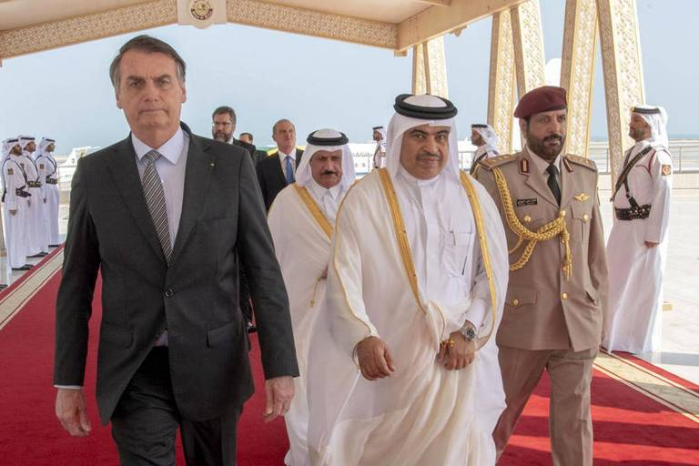 O presidente Jair Bolsonaro, ao chegar ao Qatar, ao lado de Ali bin Ahmed al-Kuwari, ministro do Comércio e Indústria