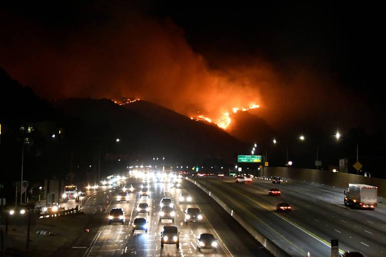 Incêndio florestal força milhares a deixarem suas casas em Los Angeles