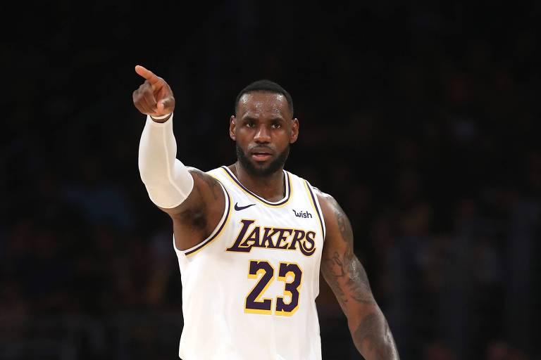 LeBron James durante partida contra o Charlotte Hornets, no último domingo (27)