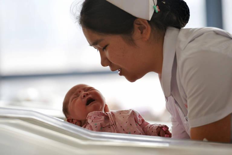 Enfermeira cuida de recém nascido na China